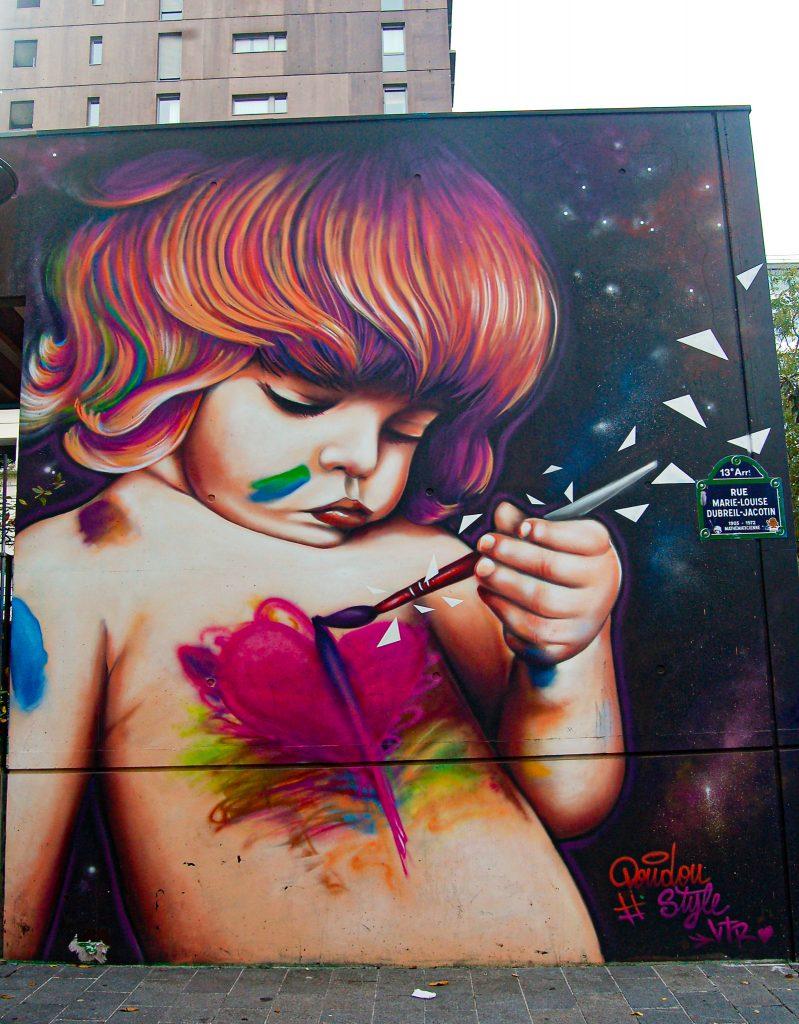 Fresque de Doudou Style représentant un enfant se peignant sur la poitrine un coeur à l'aide d'un pinceau