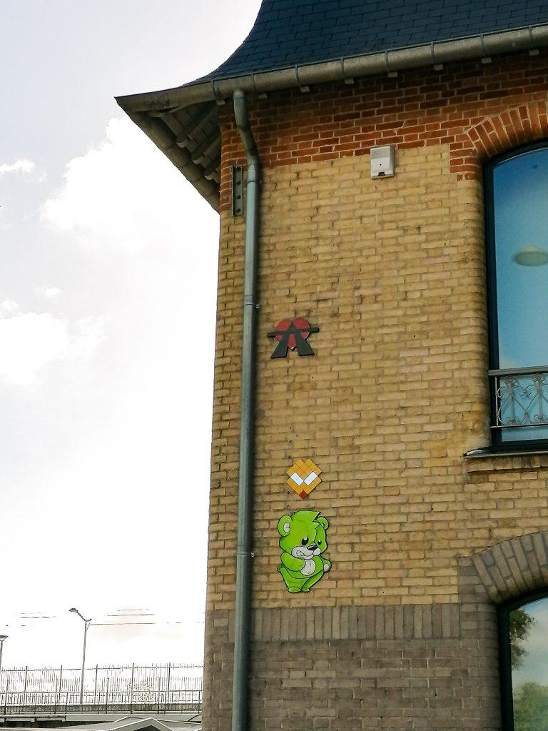 Petites oeuvres collées à l'angle d'un mur.