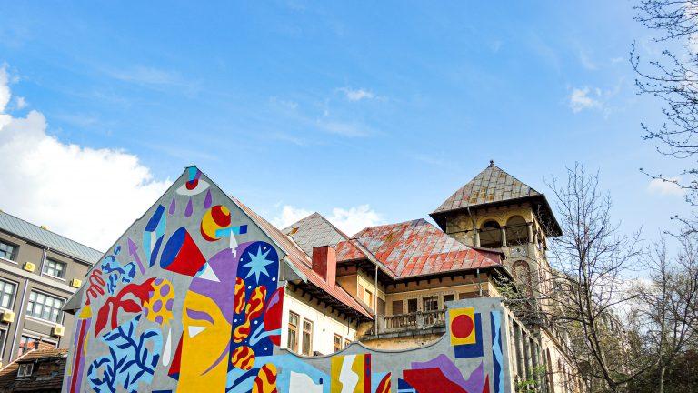 Fresque très coloré qui recouvre toute la facon d'un bâtiment