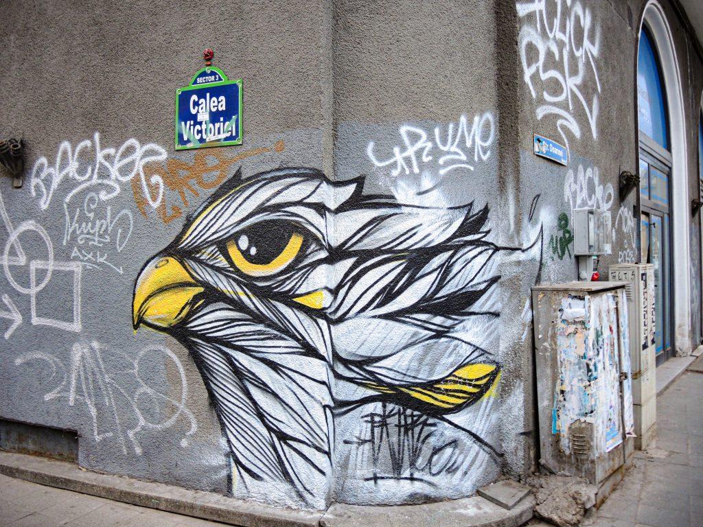 Fresque de Pass représentant la tête d'un oiseau de type aigle.