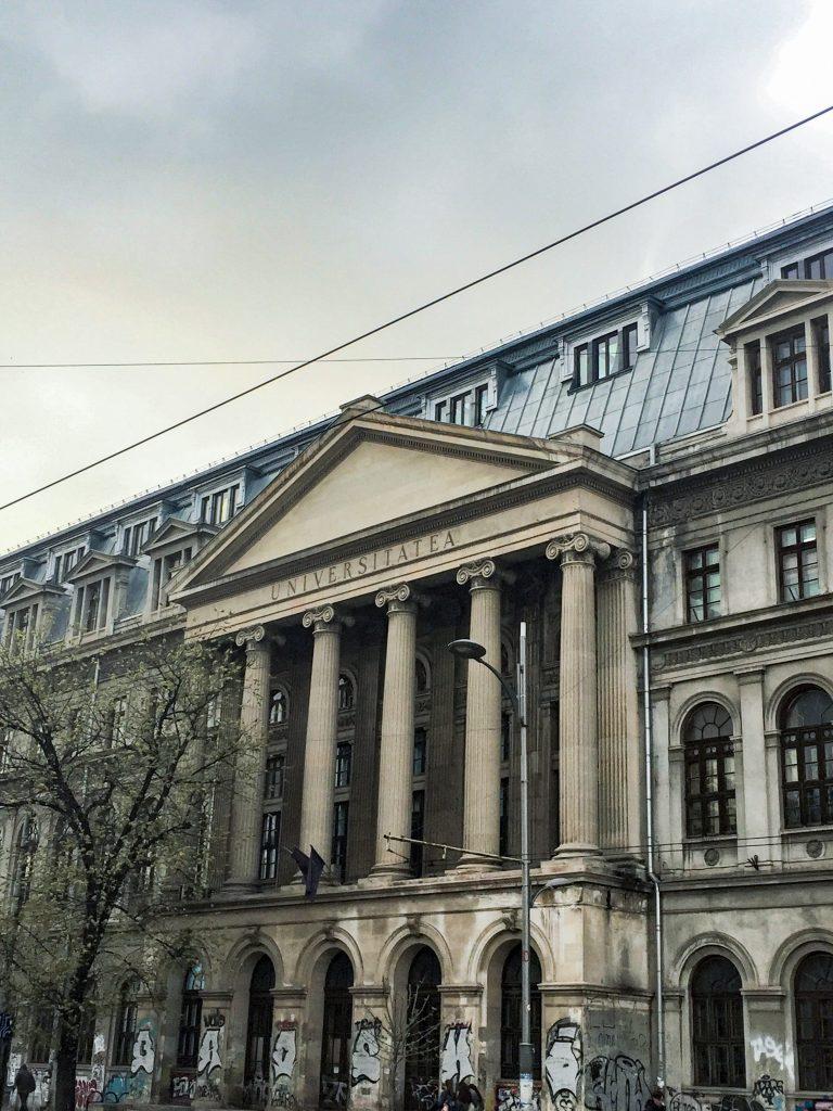 Façade de l'Université de Bucarest avec des graffiti partout sur le bat du batiment