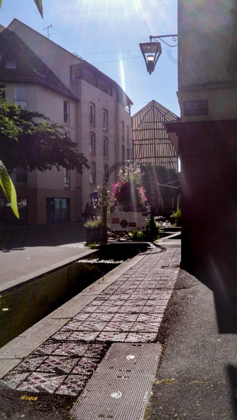 Rue eau de robec rouen maisons en colombage Inkoj street art