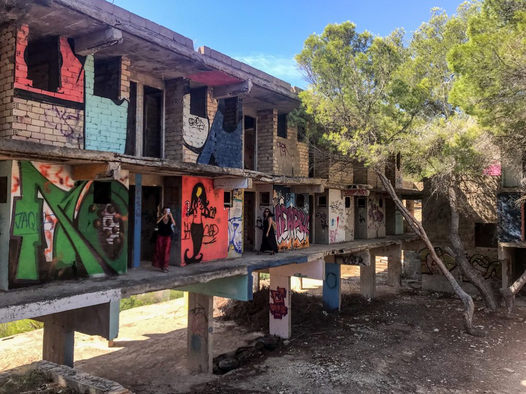 Résidence artistique Cala d'En Serra, ruines et façade