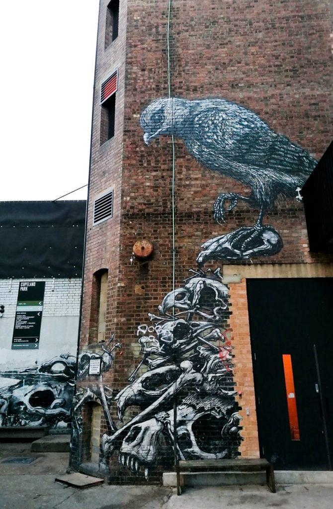 Oiseau sur tas d'ossements, fresque de ROA à Londres