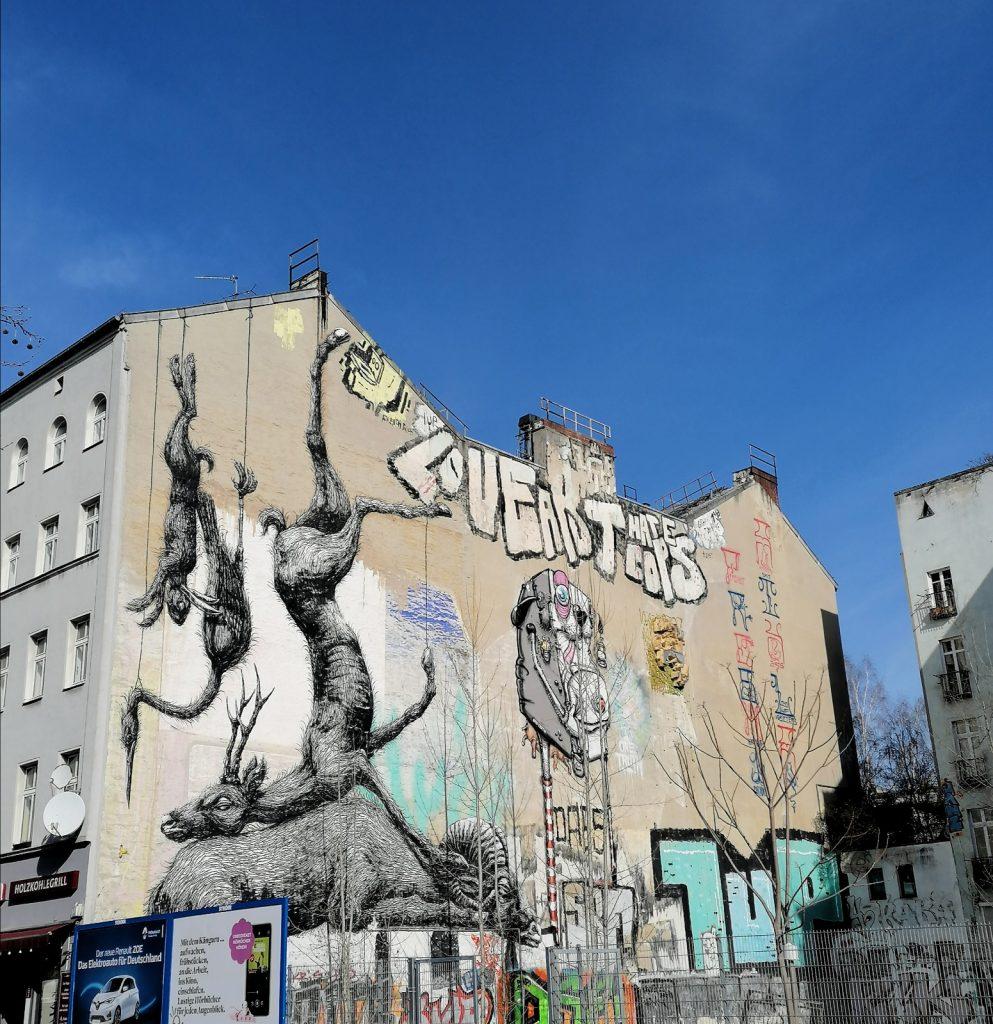 ROA à Berlin, animaux suspendus